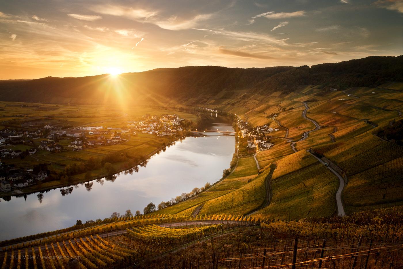 Landschaftsfoto der Weinlage Piesporter Goldtröpfchen, mit Brücke über die Mosel - Das ist ein freies Projekt, Anfragen nach Lizensierungen willkommen