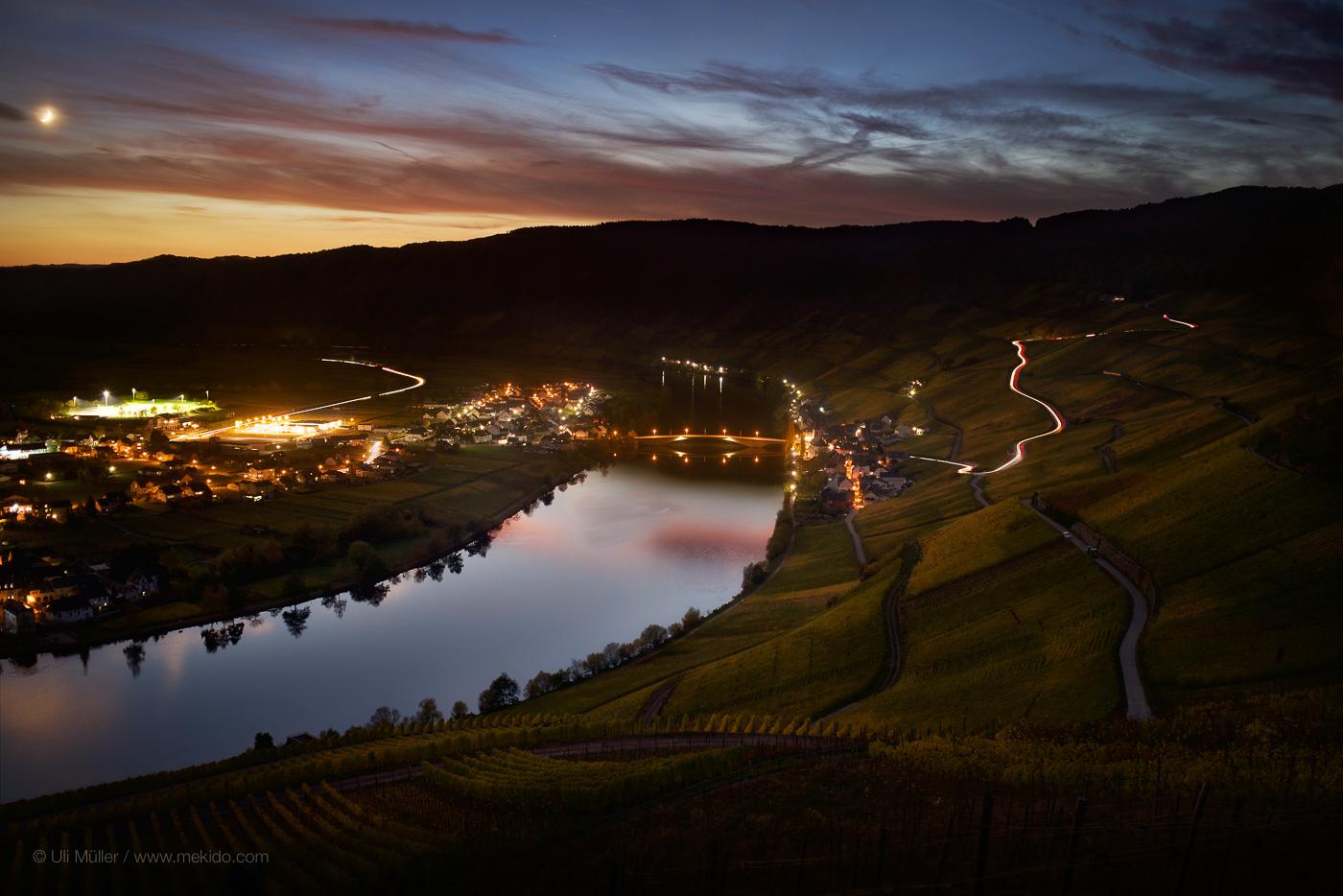 Landschaftsfoto von Piesport an der Mosel bei Nacht. Rechts im Bild noch zu erkennen, die Weinlage Piesporter Goldtröpfchen.