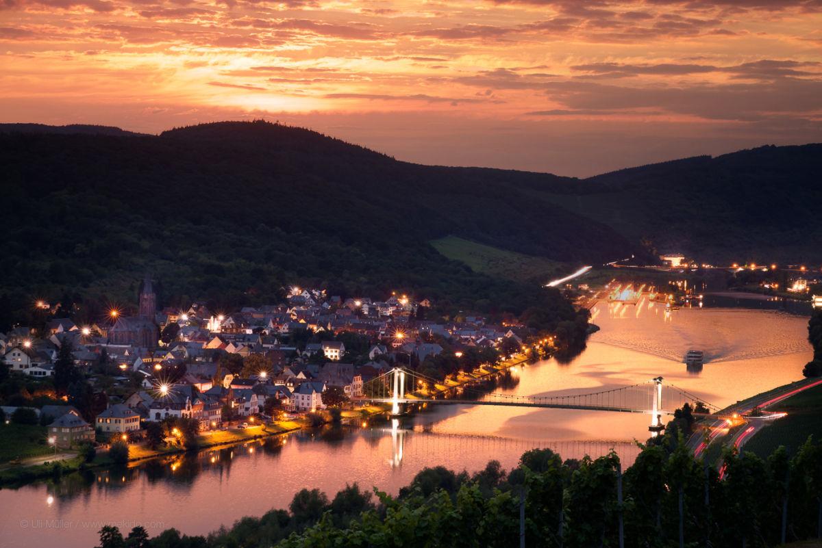 Fotografie vom Weinort Wehlen, mit Brücke im Sonnenuntergang, von oberhalb Grach gesehen