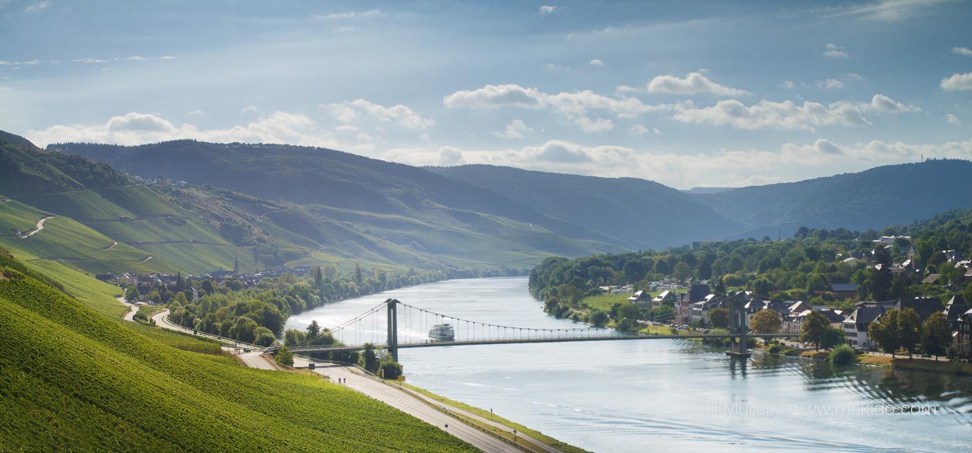 Die Mosel mit Wehlener Brücke, Graach und die Weinlagen Graacher Himmelreich und Gracher Domprobst im Hintergrund