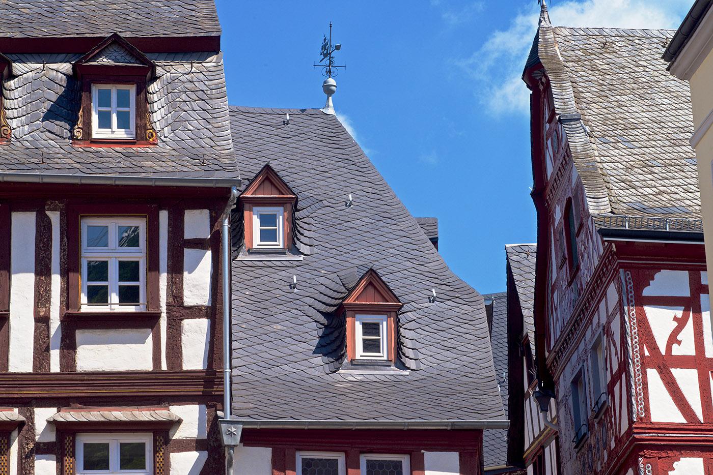 Schieferdächer der Historischen Gebäude in Bernkastel Kues. Kunde Dachdecker Herges