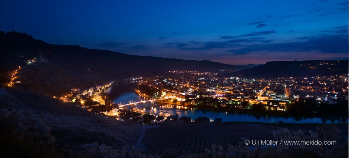 Bernkastel Kues bei Nacht, von oberhalb des Doctorberges gesehen